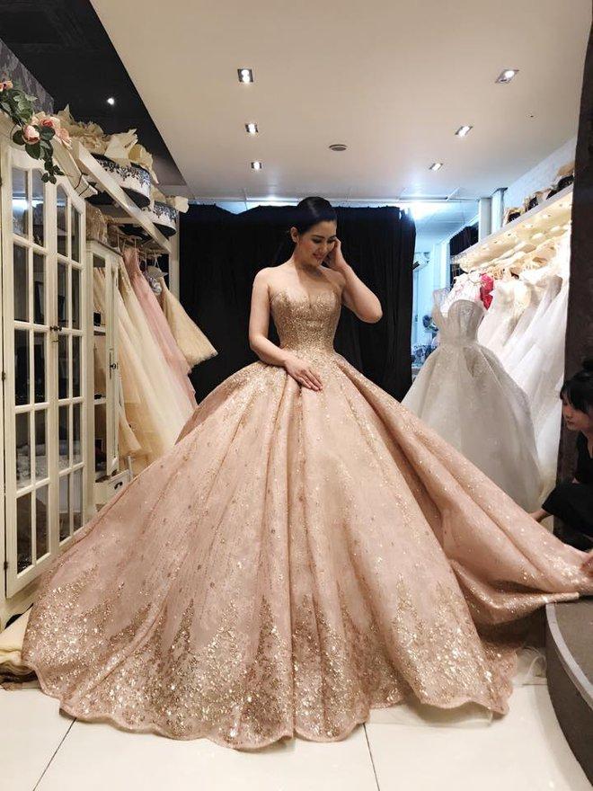 Ngọc Lan rạng rỡ đi thử váy cưới với Thanh Bình - Ảnh 3.