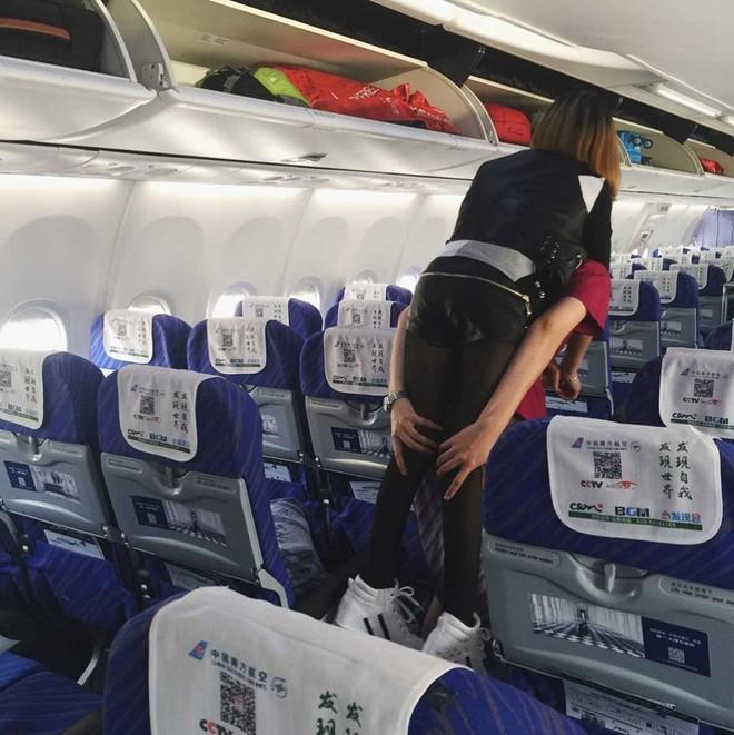 Nữ tiếp viên hàng không gây xúc động mạnh khi tận tụy cõng hành khách khuyết tật xuống máy bay - Ảnh 1.