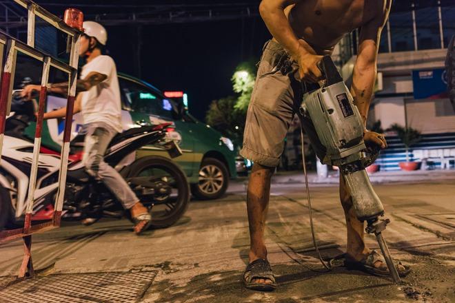 Chùm ảnh: Những công nhân miệt mài dưới lòng đất khi Sài Gòn chìm vào giấc ngủ - Ảnh 3.