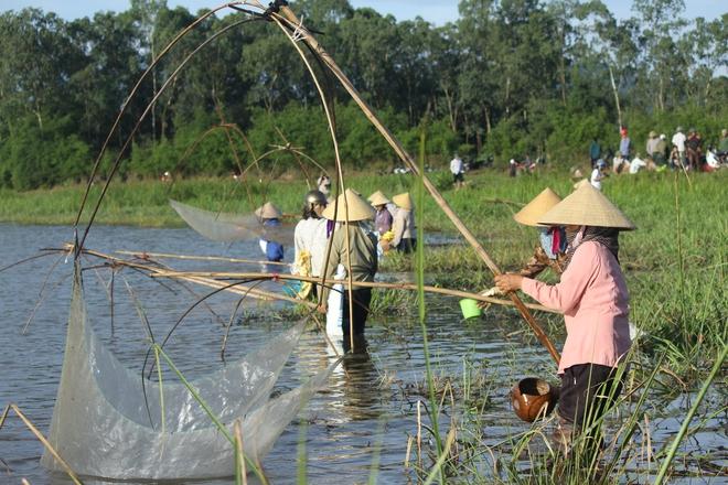 Hà Tĩnh: Hàng trăm người đội nắng xuống đầm bắt cá để cầu may - Ảnh 3.