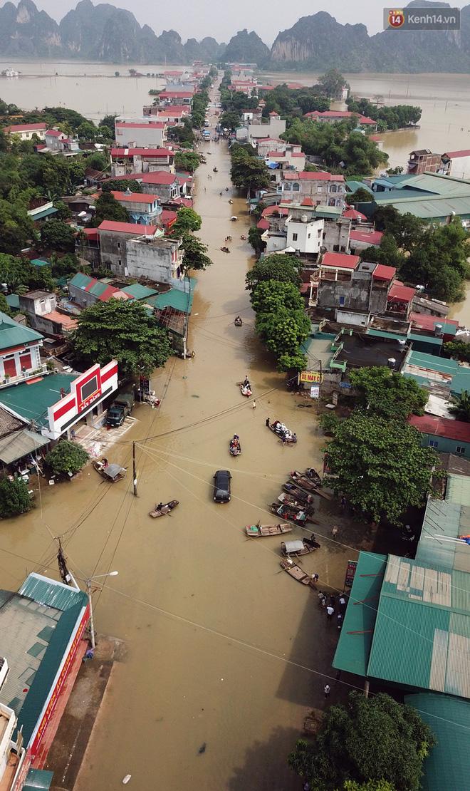 Chùm ảnh: Kiếm bộn tiền từ việc chèo đò qua điểm ngập nặng trong đợt lụt lịch sử tại Ninh Bình - ảnh 3