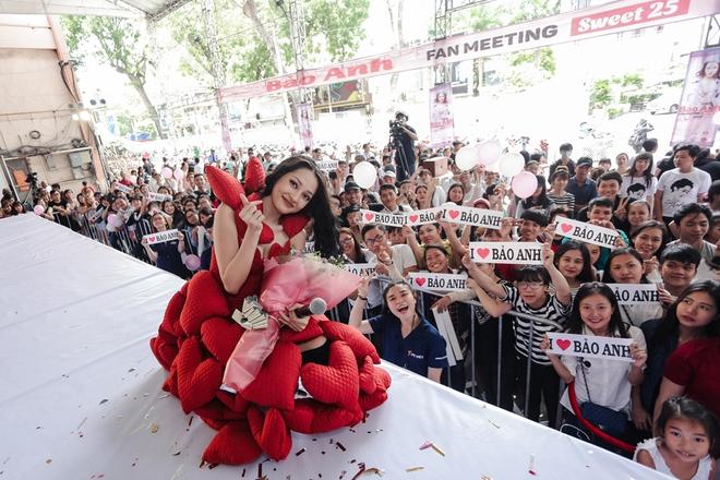 Mặc trưa nắng nóng, người hâm mộ vẫn vây kín sân khấu cổ vũ Bảo Anh nhiệt tình tại fan meeting - ảnh 14