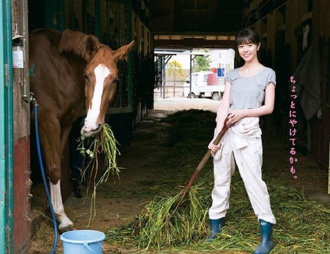 Từ công nhân, cô gái trẻ trở thành diễn viên triển vọng của Nhật Bản vì quá đẹp - Ảnh 1.
