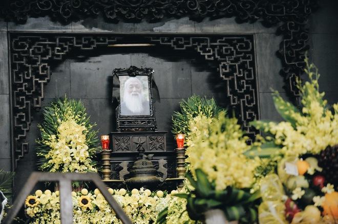 Hàng nghìn học sinh Lương Thế Vinh đứng hai bên đường tiễn đưa đoàn xe chở linh cữu thầy Văn Như Cương về nơi an nghỉ cuối cùng - Ảnh 2.
