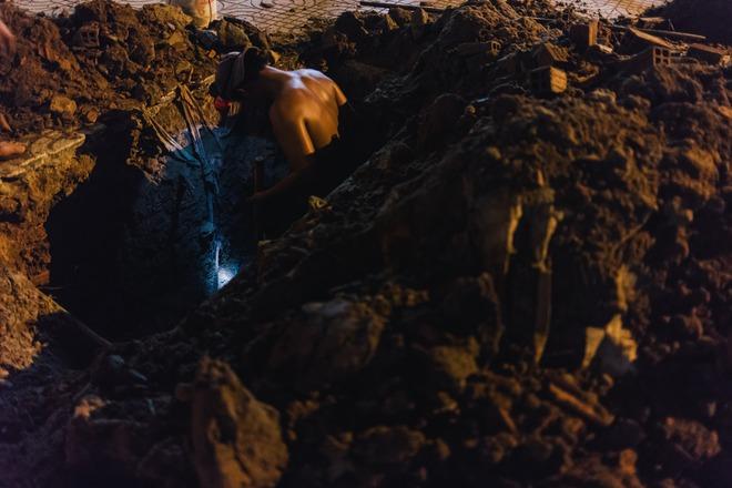 Chùm ảnh: Những công nhân miệt mài dưới lòng đất khi Sài Gòn chìm vào giấc ngủ - Ảnh 4.