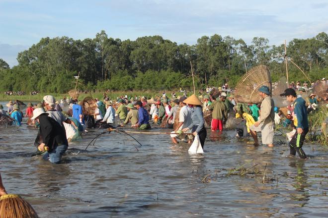 Hà Tĩnh: Hàng trăm người đội nắng xuống đầm bắt cá để cầu may - Ảnh 4.