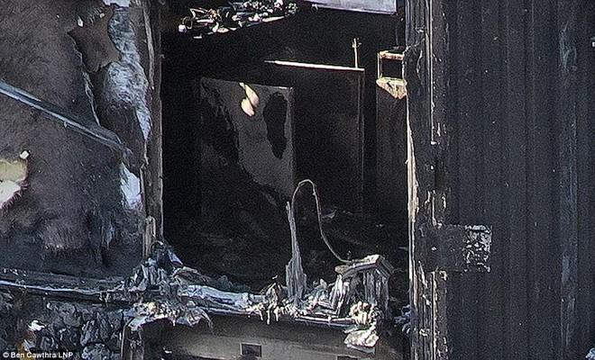 Những hình ảnh hoang tàn bên trong tòa chung cư 24 tầng sau vụ hỏa hoạn nghiêm trọng - Ảnh 8