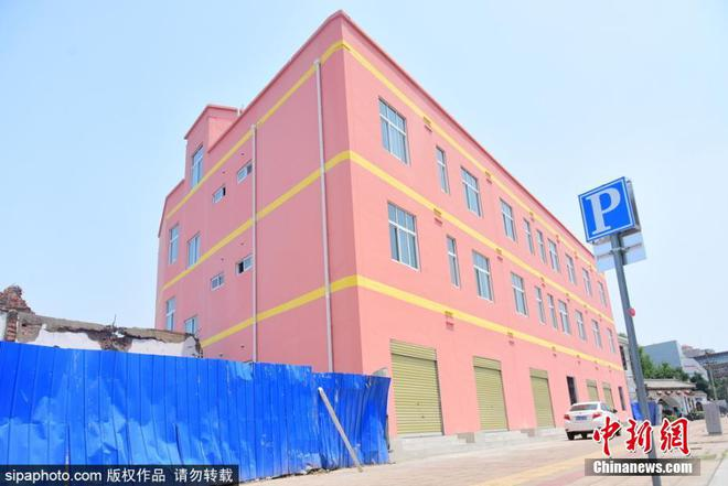 Cứ thi thoảng các kiến trúc sư Trung Quốc lại khiến cho người ta hoảng hồn bởi những tòa nhà mỏng tang như tờ giấy 4