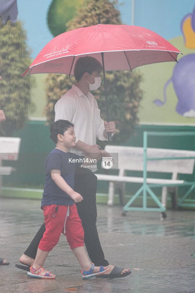Độc quyền: Im lặng giữa tâm bão scandal, Trương Quỳnh Anh ở nhà chờ Tim đón con trai đi học về - Ảnh 4.