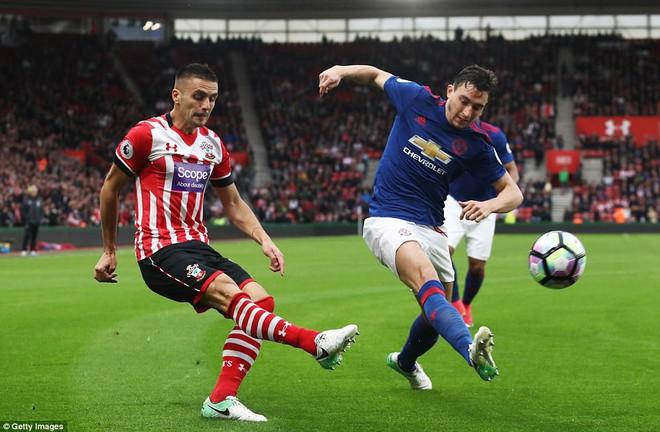 Romero cứu penalty, Man Utd đá như