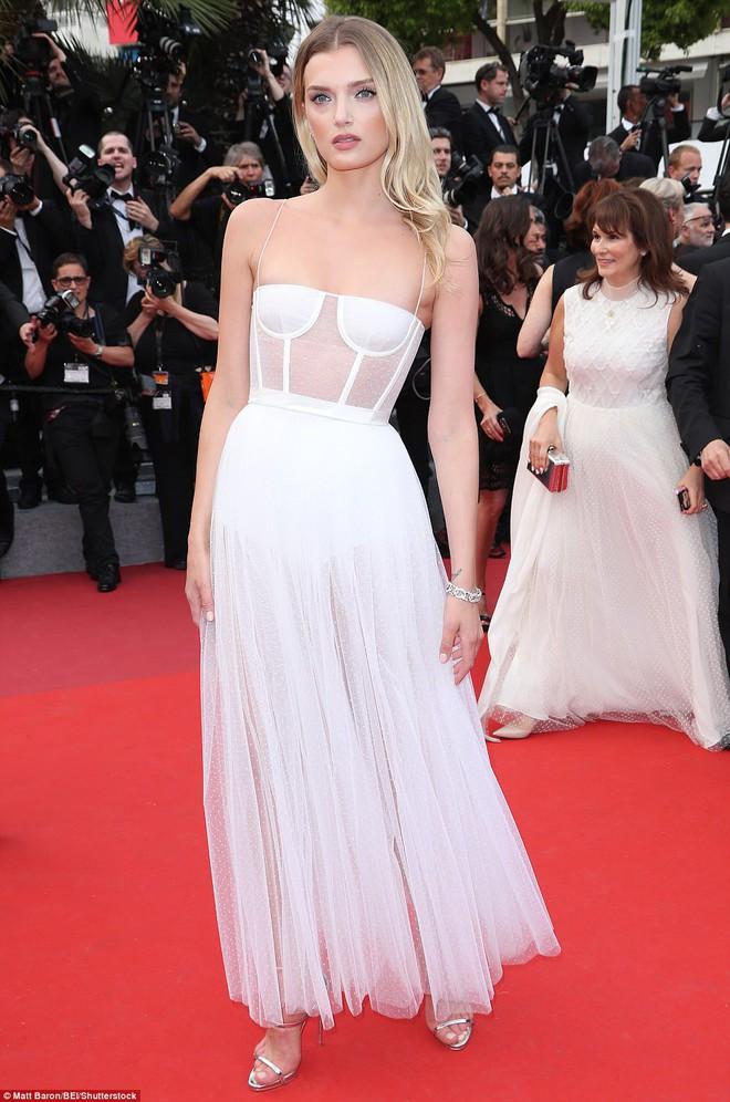 Chân dài người Séc hớ hênh nội y ngay giữa thảm đỏ LHP Cannes ngày 2 - Ảnh 10.