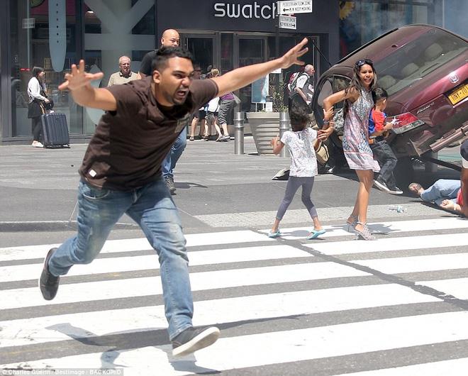 Video mới về vụ xe điên lao vào đám đông khiến hàng chục người thương vong ở Quảng trường Thời Đại - ảnh 1