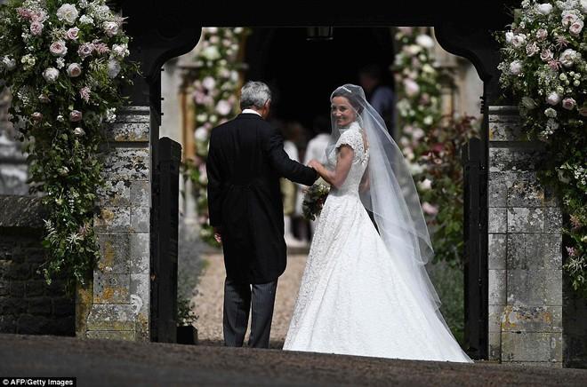 Em gái Công nương Anh xuất hiện cực xinh đẹp trong lễ cưới bạc tỷ với đại gia - ảnh 1
