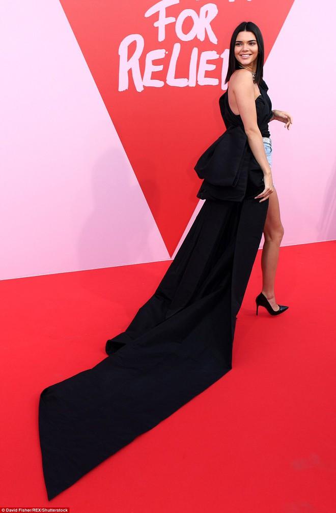 Bella mải xốc váy vì sợ lộ hàng, Kendall diện cả quần short đi thảm đỏ Cannes - Ảnh 5.