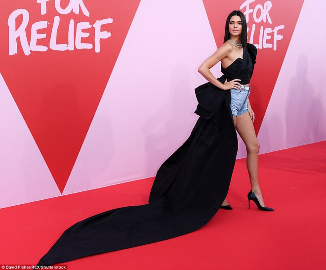 Bella mải xốc váy vì sợ lộ hàng, Kendall diện cả quần short đi thảm đỏ Cannes - Ảnh 3.