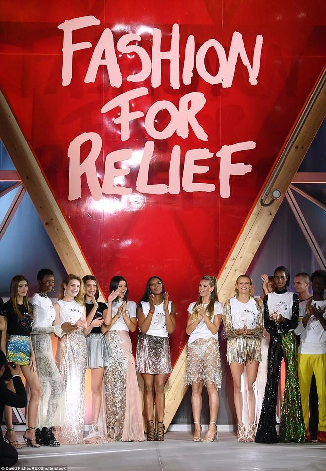 Bella mải xốc váy vì sợ lộ hàng, Kendall diện cả quần short đi thảm đỏ Cannes - Ảnh 17.
