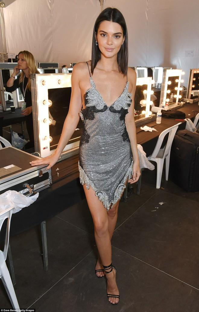 Bella mải xốc váy vì sợ lộ hàng, Kendall diện cả quần short đi thảm đỏ Cannes - Ảnh 16.