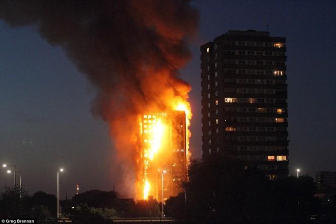 Bàng hoàng hình ảnh tòa tháp 27 tầng ở London sau khi ngọn lửa thui rụi - Ảnh 3