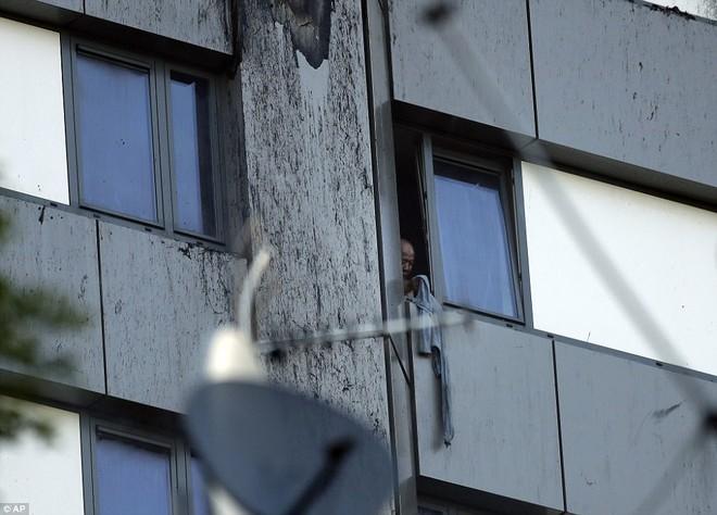 Bàng hoàng hình ảnh tòa tháp 27 tầng ở London sau khi ngọn lửa thui rụi - Ảnh 8