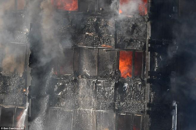 Bàng hoàng hình ảnh tòa tháp 27 tầng ở London sau khi ngọn lửa thui rụi - Ảnh 10