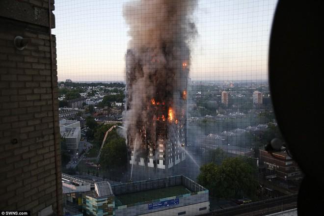 Bàng hoàng hình ảnh tòa tháp 27 tầng ở London sau khi ngọn lửa thui rụi - Ảnh 11