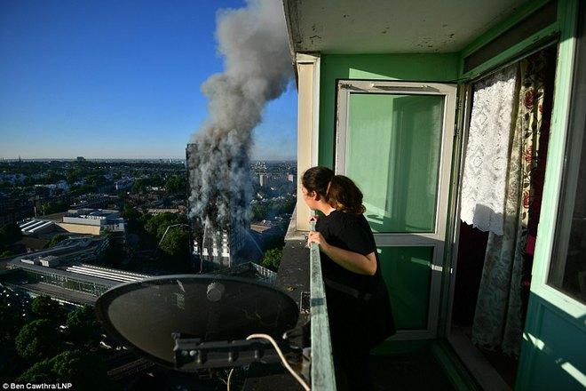 Bàng hoàng hình ảnh tòa tháp 27 tầng ở London sau khi ngọn lửa thui rụi - Ảnh 13