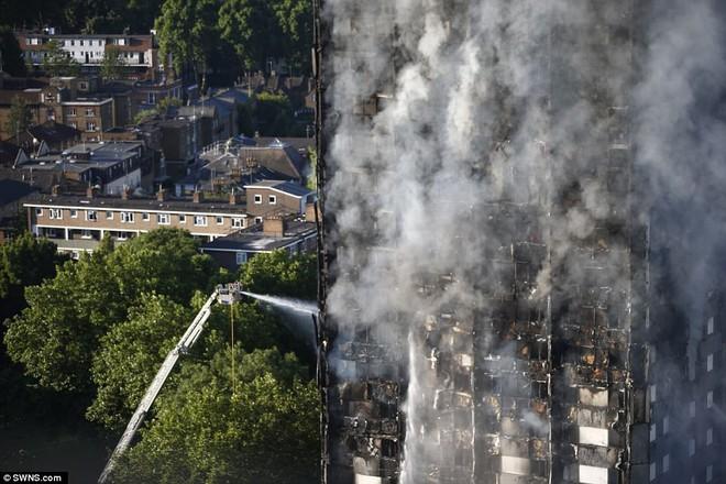 Bàng hoàng hình ảnh tòa tháp 27 tầng ở London sau khi ngọn lửa thui rụi - Ảnh 14