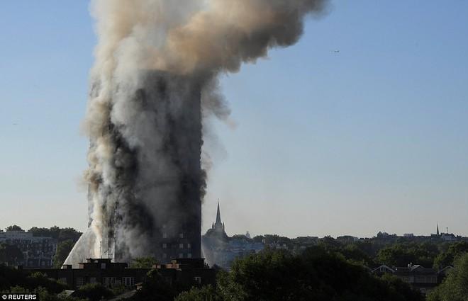 Bàng hoàng hình ảnh tòa tháp 27 tầng ở London sau khi ngọn lửa thui rụi - Ảnh 15