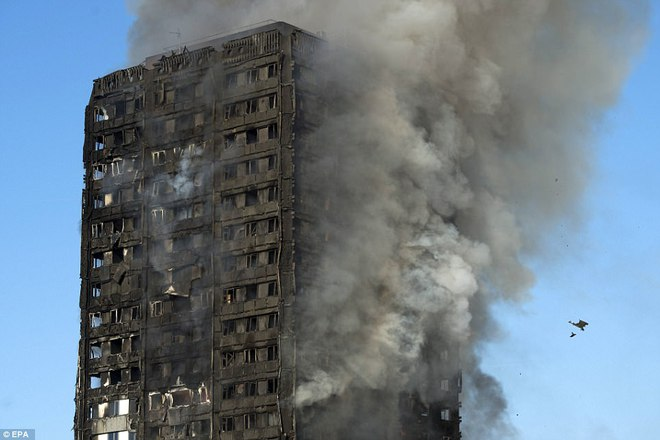 Bàng hoàng hình ảnh tòa tháp 27 tầng ở London sau khi ngọn lửa thui rụi - Ảnh 16