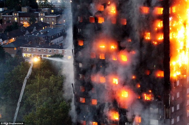 Bàng hoàng hình ảnh tòa tháp 27 tầng ở London sau khi ngọn lửa thui rụi - Ảnh 2