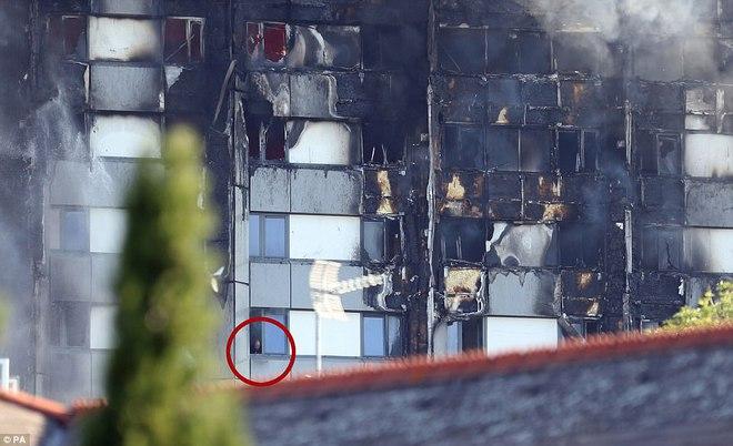 Không một ai ở 3 tầng trên cùng sống sót: Những thi thể đầu tiên được đưa ra khỏi tòa tháp 27 tầng sau vụ cháy - Ảnh 8.