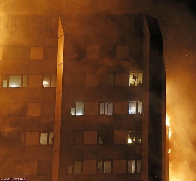 Không một ai ở 3 tầng trên cùng sống sót: Những thi thể đầu tiên được đưa ra khỏi tòa tháp 27 tầng sau vụ cháy - Ảnh 6.