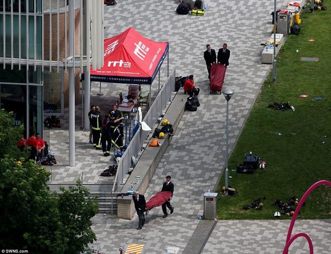 Không một ai ở 3 tầng trên cùng sống sót: Những thi thể đầu tiên được đưa ra khỏi tòa tháp 27 tầng sau vụ cháy - Ảnh 2.