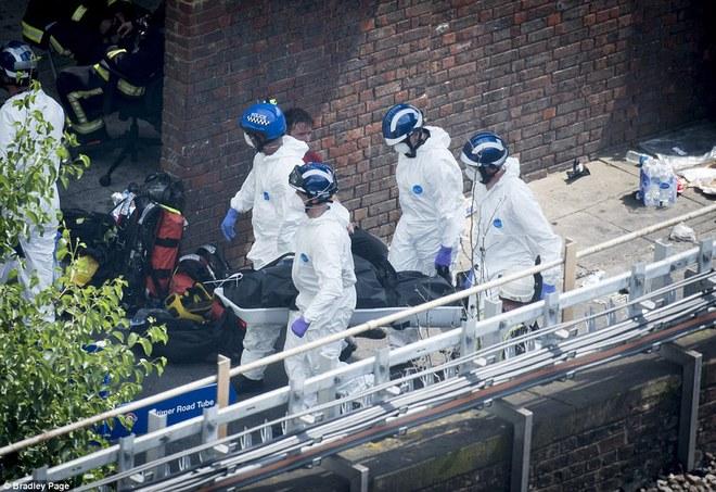 Không một ai ở 3 tầng trên cùng sống sót: Những thi thể đầu tiên được đưa ra khỏi tòa tháp 27 tầng sau vụ cháy - Ảnh 4.