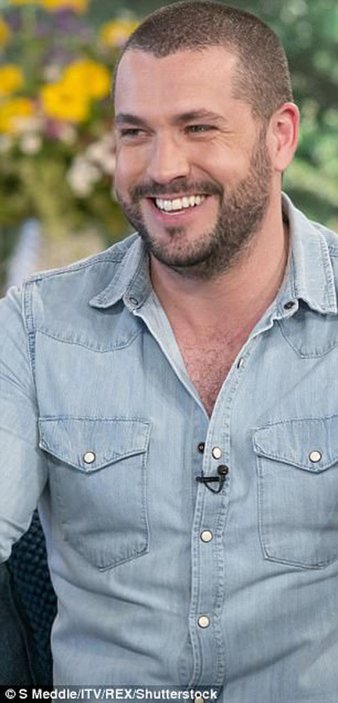 Shayne Ward đẹp trai quyến rũ ngày nào giờ lại phát tướng, bụng to đến khó tin - Ảnh 3.