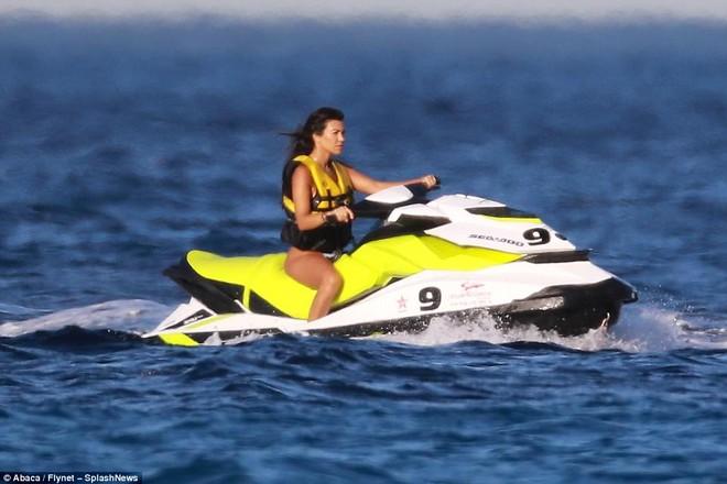 Chị cả nhà Kardashian đã U40 và sinh 3 con mà vẫn cực sexy, khiến phi công trẻ mê mệt - Ảnh 6.
