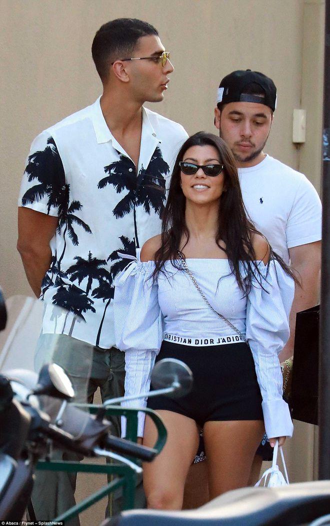 Chị cả nhà Kardashian đã U40 và sinh 3 con mà vẫn cực sexy, khiến phi công trẻ mê mệt - Ảnh 16.