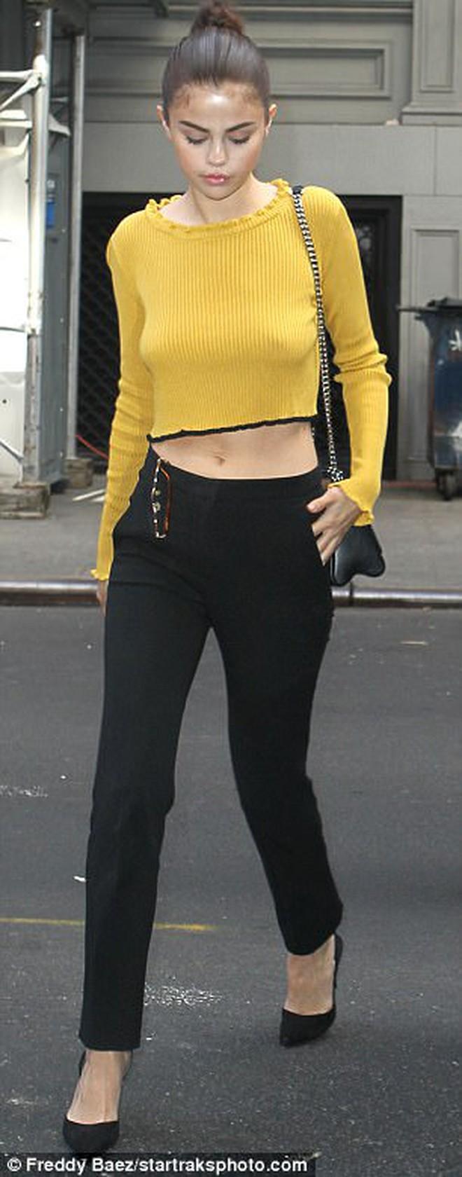 Selena Gomez không mặc nội y, khoe vóc dáng đầy gợi cảm sau phẫu thuật ghép thận - Ảnh 3.