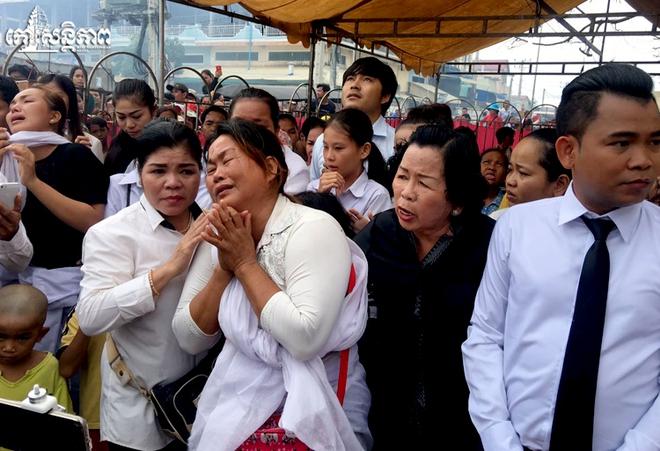 Đám tang Á quân The Voice Campuchia bị chồng bắn chết: Hai con thơ dại và bạn trai tin đồn đến đưa tiễn - Ảnh 14.