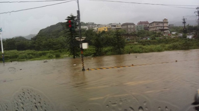 Người dân Đài Loan chật vật đối mặt với ngập úng khắp nơi bởi trận mưa lớn kỷ lục trong 17 năm qua 10