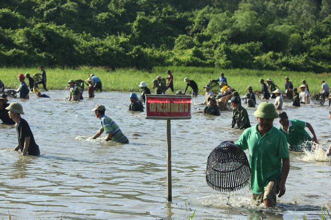 Hà Tĩnh: Hàng trăm người đội nắng xuống đầm bắt cá để cầu may - Ảnh 5.
