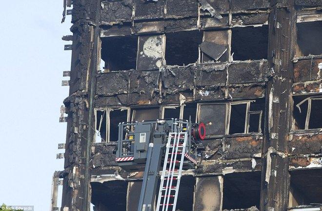 Những hình ảnh hoang tàn bên trong tòa chung cư 24 tầng sau vụ hỏa hoạn nghiêm trọng - Ảnh 11