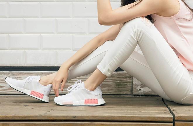 Nếu cho rằng mình đã chán sneaker hồng, bạn sẽ phải suy nghĩ lại khi thấy mẫu adidas NMD xinh đẹp quá đỗi này - Ảnh 5.