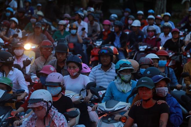 Chùm ảnh: Công trình hầm chui chậm tiến độ, người dân Đà Nẵng mệt mỏi trước cảnh hàng ngàn phương tiện ùn ứ kéo dài - Ảnh 5.