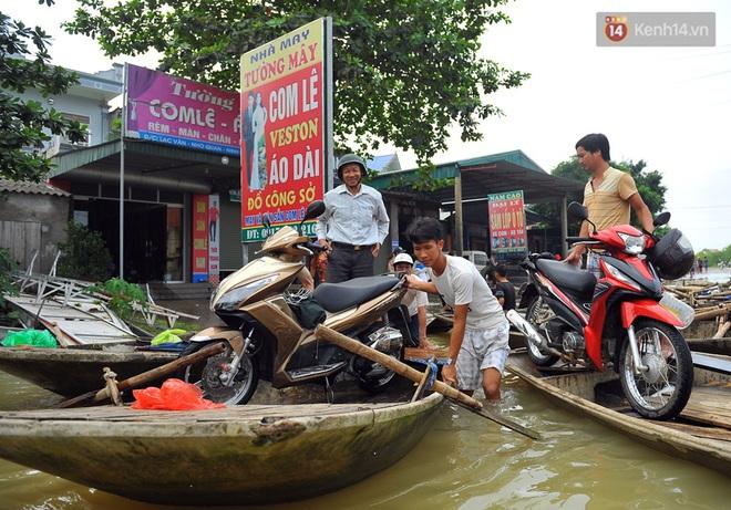 Chùm ảnh: Kiếm bộn tiền từ việc chèo đò qua điểm ngập nặng trong đợt lụt lịch sử tại Ninh Bình - ảnh 5