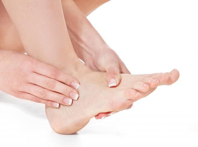3 dấu hiệu ở chân mà bạn không nên chủ quan bỏ qua vì có thể đó là bệnh nguy hiểm - Ảnh 2.
