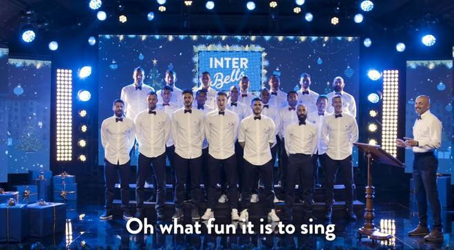 Dàn trai đẹp Inter Milan diện sơ mi trắng, hát nhạc Giáng sinh - ảnh 1