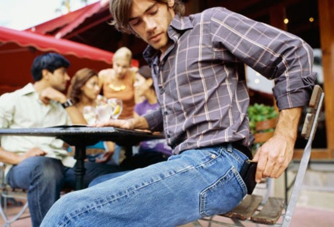 Bạn sẽ không dám bỏ điện thoại vào túi quần sau nữa khi biết được 4 tác hại này - Ảnh 2.