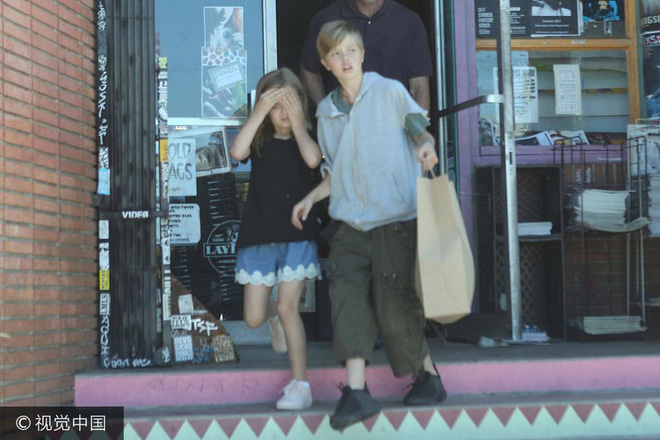 Đều là con gái ruột Angelina Jolie nhưng bé lớn thì nam tính, bé út lại yểu điệu - Ảnh 4.