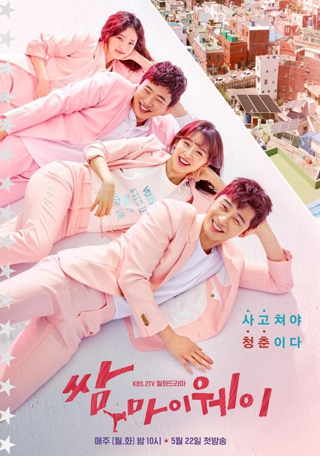 """Hết """"vỗ mông xã giao"""", Park Seo Joon bất ngờ ôm ghì Kim Ji Won vào lòng - Ảnh 7."""